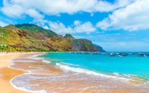 Sie liegen nahe der Westküste Afrikas, gehören aber zu den schönsten und sonnigsten Winterdestinationen Europas. Die Inseln Gran Canaria, Lanzarote, Teneriffa und Furteventura punkten mit Sandstränden, schicken Hotels und vielen hippen Restaurants.