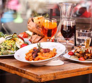 Pasta Italienisches Essen und Getränke dekorativ serviert.